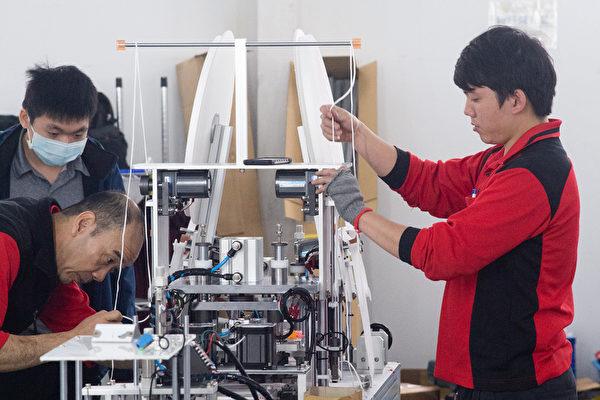 口罩國家隊有來自不同廠商的工程師傅,不吝將技術教給年輕技師。(中央社)