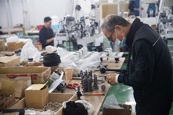 口罩國家隊各家廠商出人出資源,不少經驗豐富的師傅自願完成不可能任務。(中央社)