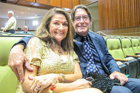 2020年3月15日下午,Virginia LaPlante女士和好友一同觀看了神韻在美國佛州威尼斯的演出。(麥蕾/大紀元)