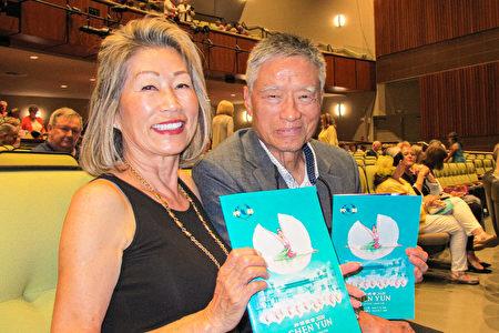 2020年3月15日下午,George Chung先生和太太Cho Chung一起觀看了神韻在美國威尼斯的演出。(麥蕾/大紀元)