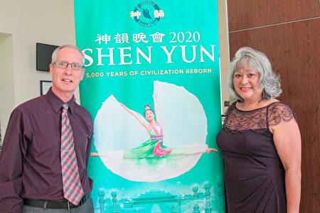2020年3月15日下午,IT公司經理Tom Reynolds和太太Josie Reynolds在美國威尼斯表演藝術中心觀看神韻。(麥蕾/大紀元)
