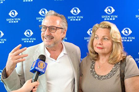 2020年3月15日下午,美國一家金融公司的金融規劃師Mark Manges和夫人Arlene Manges觀賞了神韻藝術團在威尼斯表演藝術中心(Venice Performing Arts Center)的第四場演出。(新唐人電視台)