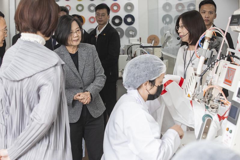 中華民國總統蔡英文3月16日下午訪視「聚陽實業股份有限公司」致詞時表示,台灣的防護衣跟隔離衣國家隊已經成形,政府機關、公立醫院、醫療機構、軍事單位全部都使用國產。(總統府提供)