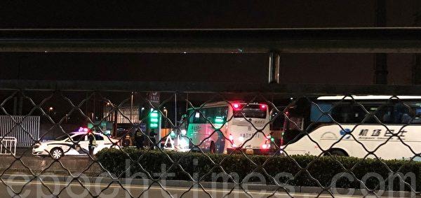 2020年3月17日,北京順義區,新國展中心不斷有警車、大巴進入。(大紀元)