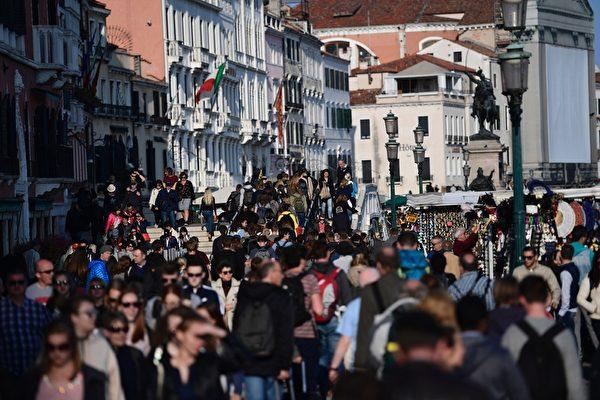 2017年4月6日,意大利威尼斯的大街上遊客如織。(MIGUEL MEDINA/AFP via Getty Images)