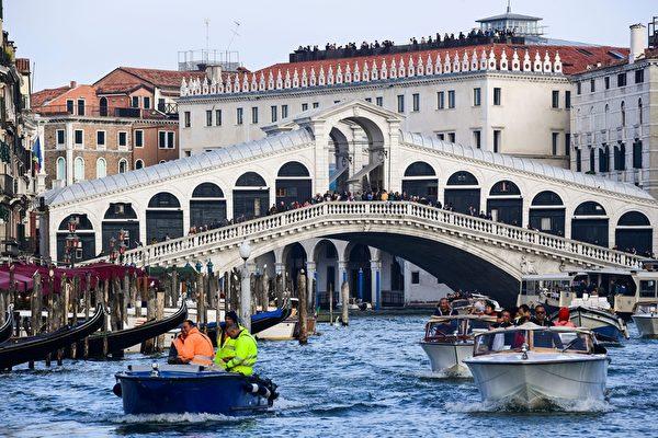 2019年11月4日,意大利威尼斯水上的士通過里亞托橋沿大運河運送遊客,繁榮景象。(MIGUEL MEDINA/AFP via Getty Images)