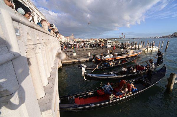 2019年11月14日,意大利威尼斯,遊客搭乘貢多拉。(FILIPPO MONTEFORTE/AFP via Getty Images)