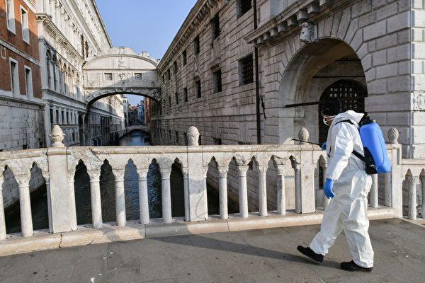 2020年3月11日,意大利威尼斯,在中共肺炎疫情下現正處於封城狀態。圖為工人在嘆息橋附近噴灑消毒劑。(MARCO SABADIN/AFP via Getty Images)