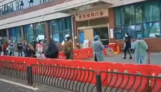 3月19日,網傳影片顯示,武漢協和醫院外,排起了長長的隊伍,這些人是在等待進入協和醫院發熱門診。(影片截圖)