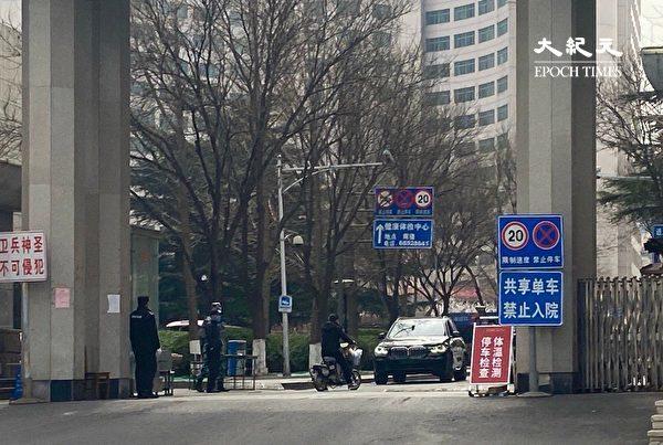 2020年3月20日,原北京空軍醫院,早已預約門診,來看病時的人很少。(大紀元)