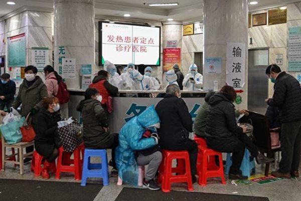 圖10:1月24日,武漢一家醫院等待就醫的病人(瘟疫初期的確診和收治極為有限)。(Hector RETAMAL/AFP)