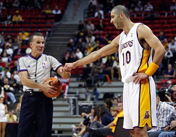 圖為2008年10月12日在內華達州拉斯維加斯的托馬斯・馬克中心季前賽,洛杉磯湖人隊10號球員Vladimir Radmanovic與Referee Ken Mauer以頂拳打招呼。( Ethan Miller/Getty Images)