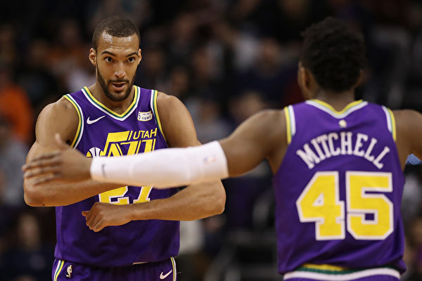 NBA猶他爵士隊球員戈貝爾(左)