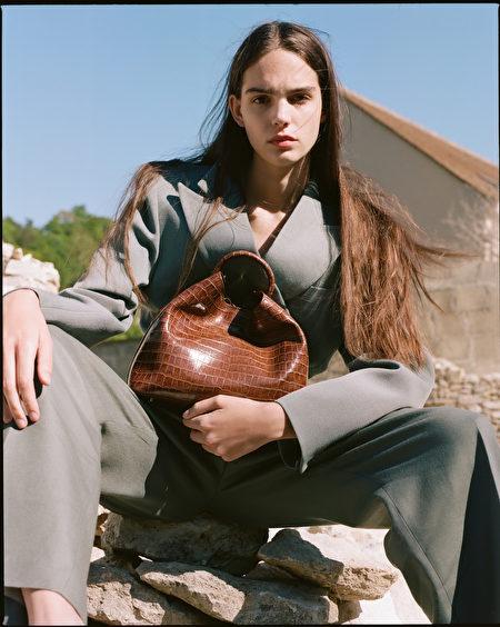 Raisin系列鳄鱼纹皮革手提包。