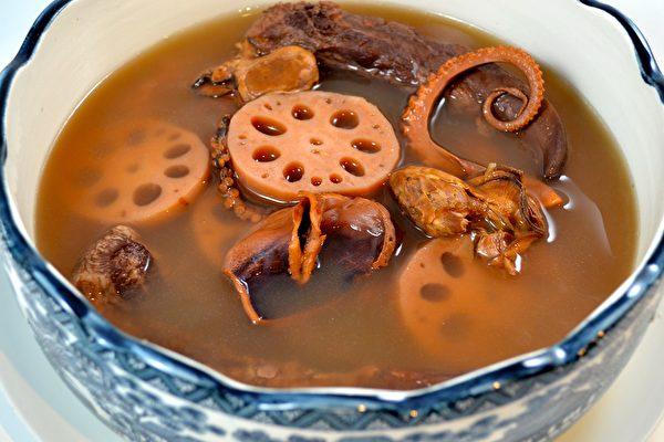 【梁廚美食】蓮藕豬腳蠔豉湯~在家煲湯