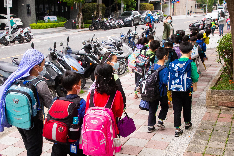 學生全面到校上課 彭博社:全球或僅剩台灣