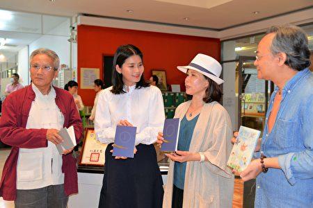 文化觀光處長陳璧君(左二)與三位作家開心交流