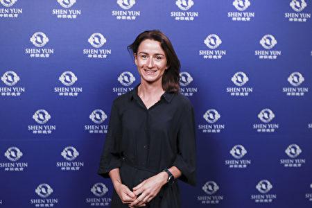3月14日下午,前舞蹈演員Katherine Leonard在悉尼帝苑劇院觀看了神韻演出。(新唐人電視台)