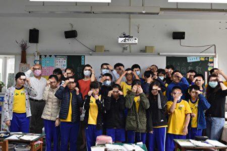 """竹山国小校方配合家长会启动第二阶段校园防疫,藉由发放""""额温量测卡""""进行教室内再次筛检。"""