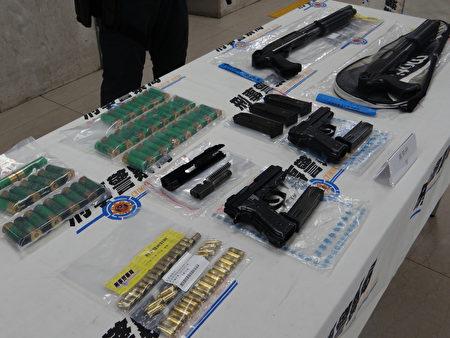 國際科偵破私槍案,查獲改造霰彈槍2支、改造手槍2支、手槍零件1組、彈匣3個、9釐米子彈50顆、霰彈子彈55顆等證物。
