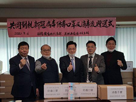 汉城华侨协会会长李宝礼(左二)捐赠口罩与消毒液捐予当地侨校及侨胞防疫。