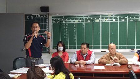 """竹山国小学务主任蒋青翰向学校师长介绍""""额温量测卡""""。"""