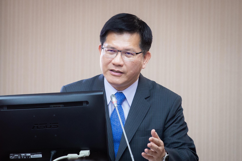 交通部長林佳龍昨(9)日表示,正在研議配套,對於來台的國際旅客,考慮贈送他們7片口罩。 (陳柏州)