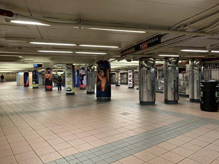 曼哈頓34街地鐵站空空如也。