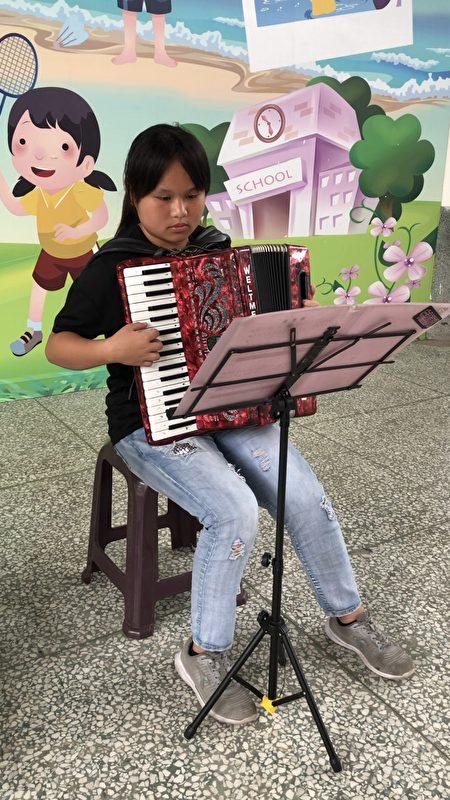 布新國小六年級李甜心同學(如圖)榮獲家扶基金會「2020全國自強兒童表揚」,3月30日上午,在布新國小獲頒獎座及禮品後,當場表演參與學校樂隊所學習的手風琴演奏。