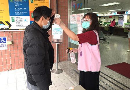 桃园监理站在进入办公室前都必须量测额温及进行手部消毒。