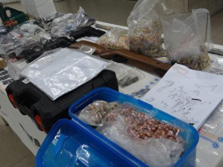 偵一大隊查扣改造槍枝3把、改造子彈13顆、裝飾彈1批、槍枝構造圖等證物。