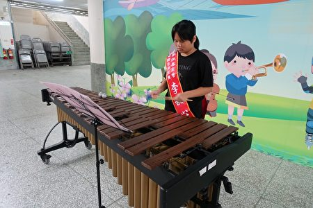 布新國小六年級李甜心同學(如圖)榮獲家扶基金會「2020全國自強兒童表揚」,3月30日上午,在布新國小獲頒獎座及禮品後,當場表演參與學校樂隊所學習的木琴-馬林巴樂器演奏。