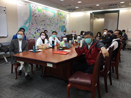 北市府副發言人黃瀞瑩表示,柯文哲已於2日早上7時24分抵達市府,7時30分如常主持晨會。