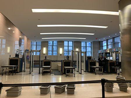 位于Jay街320号的布碌崙高等法庭,入口排队处空无一人。