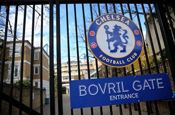 2020年3月13日,倫敦斯坦福橋足球場關閉的大門上的切爾西隊隊徽。(ISABEL INFANTES/AFP via Getty Images)