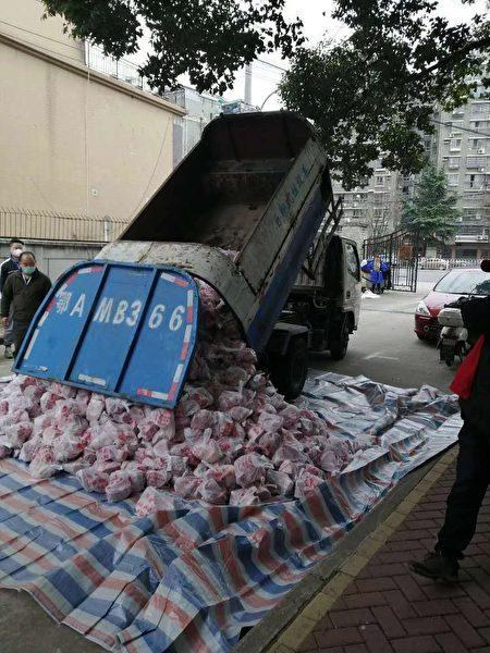 武漢民眾爆料當地用垃圾車等運送肉等物資。(網絡圖片)