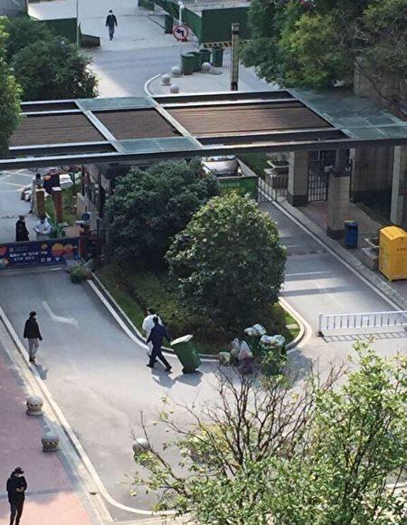 武汉民众爆料当地用垃圾车、垃圾桶等运送肉等物资。(网络图片)