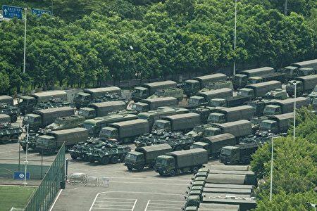 中共大批部隊在2019年8月29日凌晨進入香港,引起香港民眾高度關切。新華社聲稱這是駐港部隊進行例行性的輪換。圖為2019年8月15日,停放在深圳灣體育中心外的中共武警軍車。(STR/AFP/Getty Images)