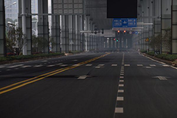 中國所採取的封城模式,卻和民主國家所指的封城情況不同。(HECTOR RETAMAL/Getty Images)