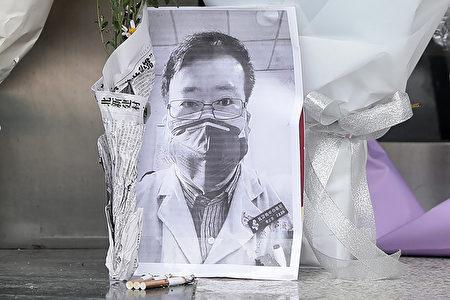 民眾自發悼念武漢醫生李文亮。(STR/AFP via Getty Images)