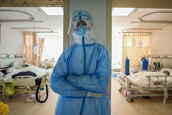 對支援武漢的外地醫護人員來說,當時倉促前來,物資準備不齊,長時間下來,感到身心疲憊。圖為武漢一醫護人員。(STR/AFP via Getty Images)