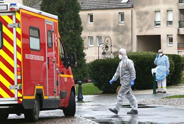 2020年3月2日,法國瓦茲省克雷皮(Crepy-en-Valois)地區的醫護人員接到疑似病例的報告後趕來調查。(FRANCOIS NASCIMBENI/AFP via Getty Images)