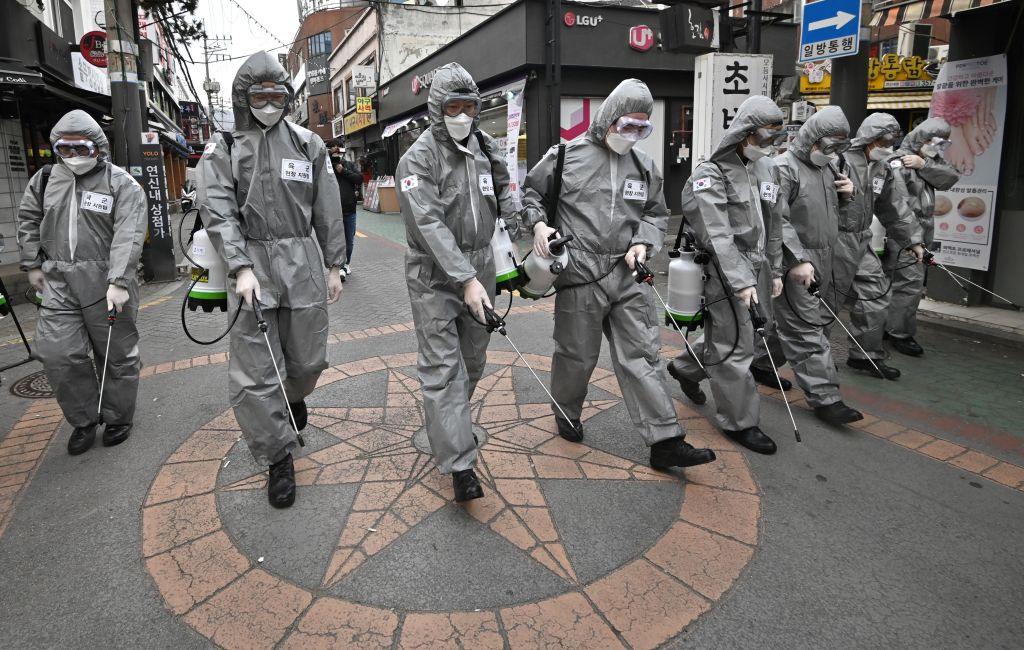 2020年3月4日,南韓士兵穿著防護裝備正在首爾的一個購物區噴灑消毒劑清潔,以防止中共病毒的傳播。(Jung Yeon-je/AFP via Getty Images)
