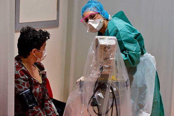 2020年3月9日,法國西南部城市波爾多的一名醫護人員在為病人做檢測。波爾多是武漢的友好城市,也是法國和歐洲首例武漢肺炎確診病例的出現地點。(GEORGES GOBET/AFP via Getty Images)