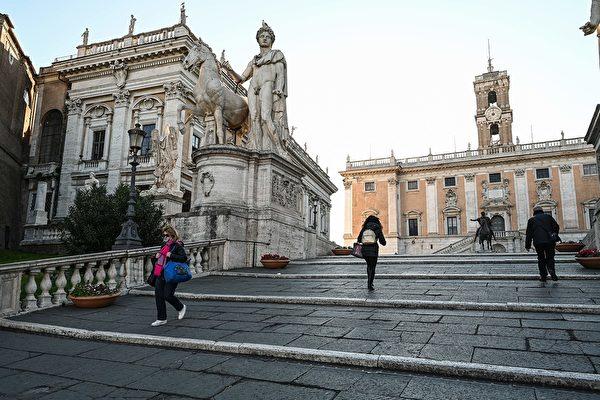 圖為意大利舉國封鎖令下的羅馬卡比托來階梯(cordonata capitolina)。(攝於2020年3月10日)(Vincenzo PINTO / AFP)