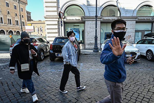 意大利舉國封鎖令下,羅馬街頭還是有遊客活動。(攝於2020年3月10日)(Vincenzo PINTO / AFP)