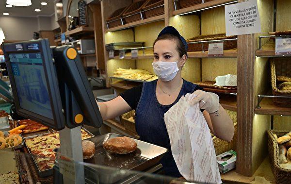圖為意大利舉國封鎖令下的米蘭食品店。(攝於2020年3月10日)(MIGUEL MEDINA / AFP)