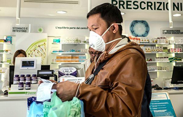 圖為意大利舉國封鎖令下羅馬藥店的顧客。(攝於2020年3月10日)(Andreas SOLARO / AFP)