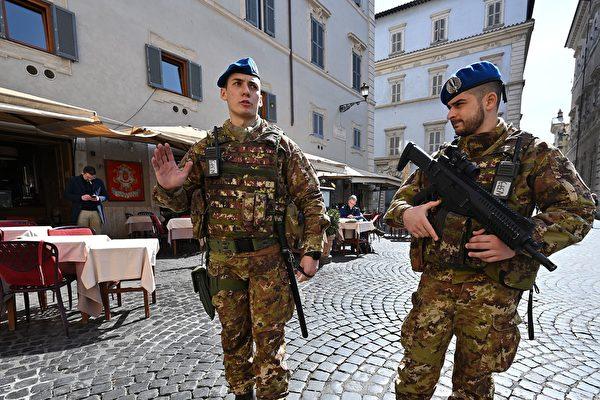 圖為意大利舉國封鎖令下正在羅馬街頭巡邏的士兵。(攝於2020年3月10日)(ALBERTO PIZZOLI/AFP )