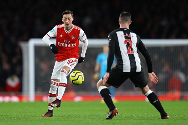 2020年2月16日,效力于阿森纳的球星Mesut Özil在英超比赛中。(Photo by Richard Heathcote/Getty Images)